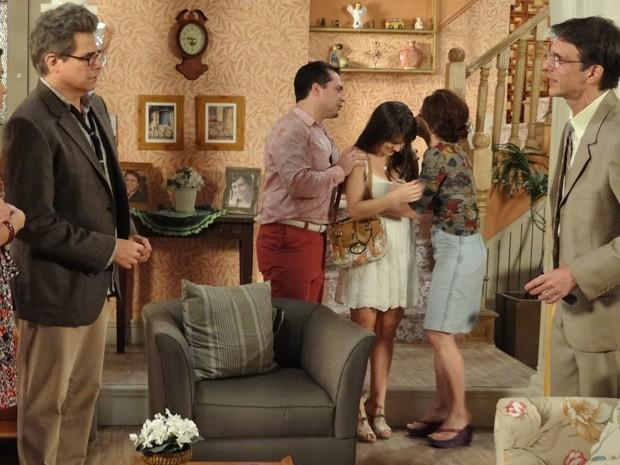 Família de Carolina nem acredita quando a garota chega salva em casa (Foto: Guerra dos Sexos/ TV Globo)