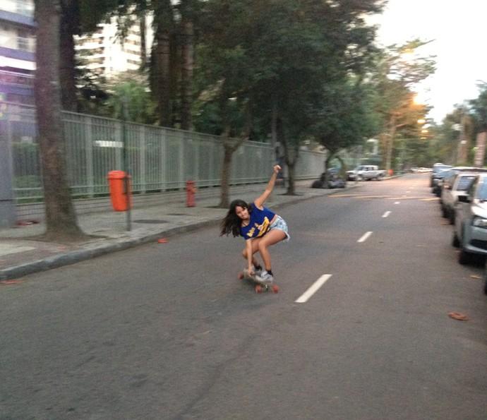 Amanda de Godoi arrisca manobras radicais em cima do skate (Foto: Arquivo pessoal)