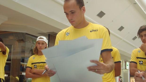 Bruno Soares assina autógrafos em São José do Rio Preto - Copa Davis (Foto: Marcos Lavezo/Globoesporte.com)