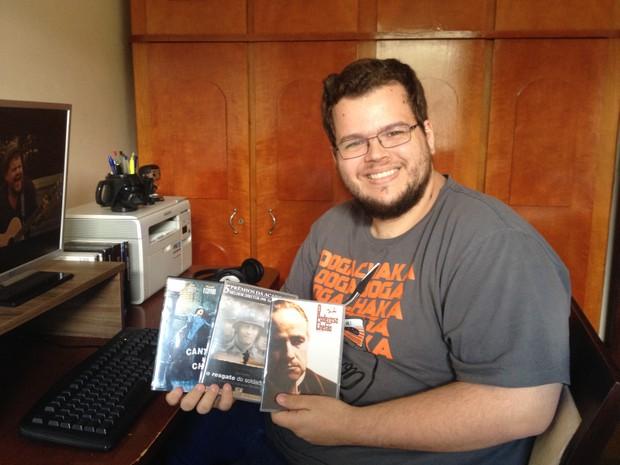 Matheus mostra seus filmes preferidos (Foto: Heloísa Casonato/G1)