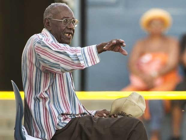 Motorista Preston Carter, de 100 anos, conversa com os policiais após atropelamentos em série em Los Angeles. (Foto: Damian Dovarganes / AP Photo)