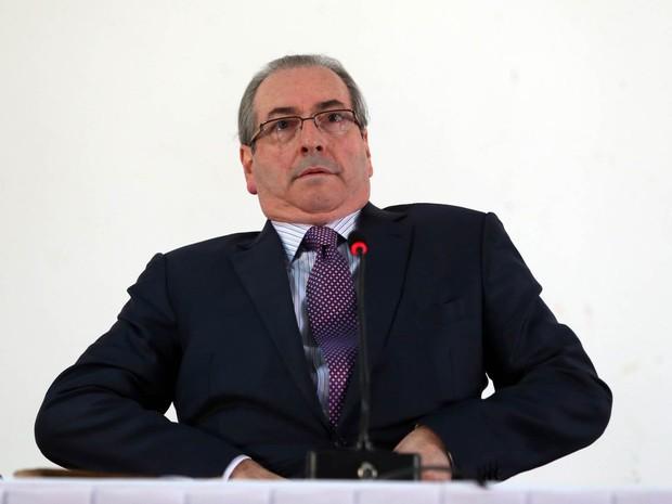 O deputado Eduardo Cunha (PMDB-RJ), presidente afastado da Câmara dos Deputados, apresenta passaportes defendendo-se de acusações durante depoimento no Conselho de Ética da Câmara, em Brasília (Foto: André Dusek/Estadão Conteúdo)