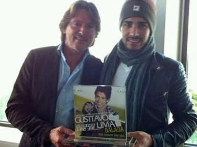 Gusttavo Lima recebe prêmio de Gerard Zwart, diretor da Top 40 awards, na Holanda (Foto: Divulgação)