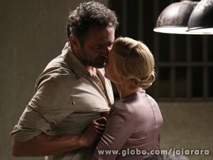Operário diz que Iolanda é mulher casada e manda ela voltar para mansão (Foto: Joia Rara/ TV Globo)
