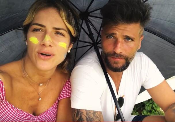 Bruno Gagliasso e Giovanna Ewbank procuram sinal de celular próximo a antena debaixo de chuva em Fernando de Noronha (Foto: Reprodução/Youtube)