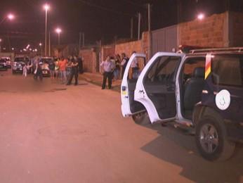 Polícia chega ao local onde o homem foi assassinado, em Samambaia Norte (Foto: TV Globo/ Reprodução)