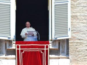 Papa Francisco fala aos peregrinos reunidos na Praça de São Pedro, no Vaticano, neste domingo (1) (Foto: Vincenzo Pinto/AFP Photo)