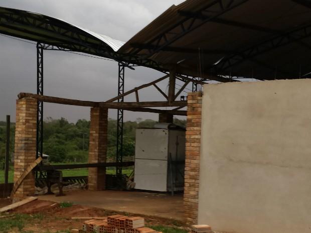 Em Buri, barracão ficou danificado (Foto: TEM Você / Celso Emílio)