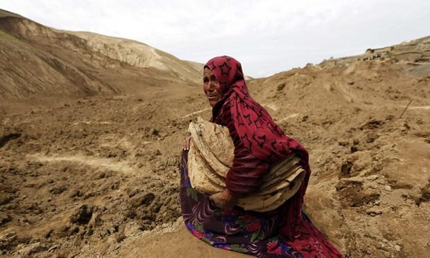 Mulher afegã chora pela perda de sua família no deslizamento de terra que atingiu o distrito de Argo (Foto: Reuters/Mohammad Ismail )