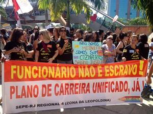 Grupo exibe cartazes com as reivindicações da categoria (Foto: Cristiane Cardoso/G1)