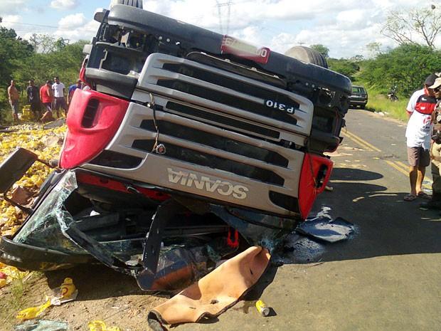 Motorista do veículo foi socorrido e encaminhado para um hospital da região (Foto: Leandro Alves/Portalbahianews.com)