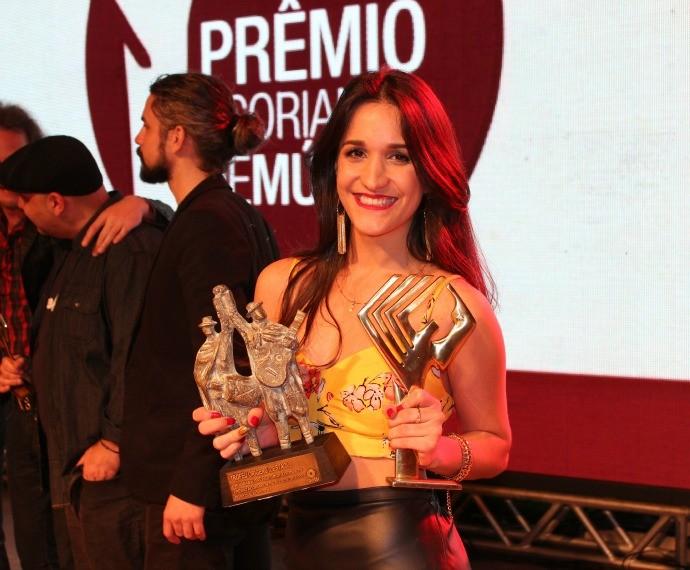 Alana Moraes recebe Troféu Origens criado pelo programa Galpão Crioulo da RBS TV (Foto: Nice Sordi/RBS TV)