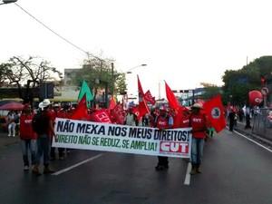 Passeata dos manifestantes começou na Praça Ipiranga e seguiu pela Avenida Tenente Coronel Duarte, no centro de Cuiabá. (Foto: Carolina Holland / G1)