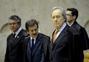 O ministro Ricardo Lewandowski (à frente) analisa denúncias sobre desvios de dinheiro público (Foto: Fabio Rodrigues Pozzebom/ABr)