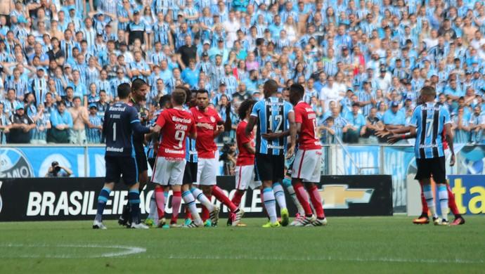 Jogadores do Grêmio e Internacional discutem com árbitro do Gre-Nal  (Foto: Diego Guichard/GloboEsporte.com)