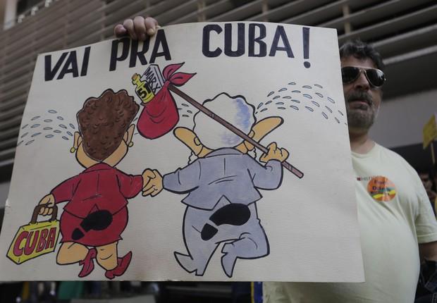 Manifestante segura cartaz durante manifestação na Avenida Paulista, em São Paulo (Foto: Nelson Antoine/AP)