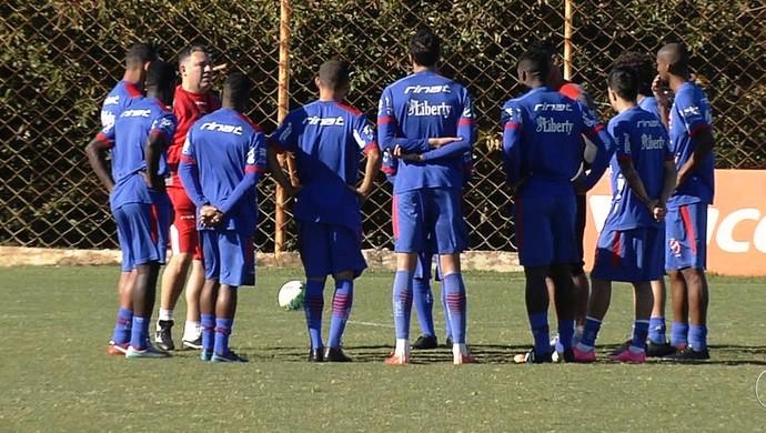Jogadores do elenco do Vila Nova em treino (Foto: Reprodução/TV Anhanguera)