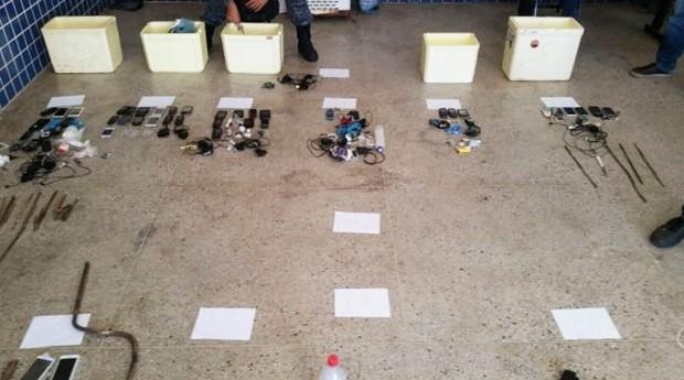Além da transferência dos presos, revista acabou com a apreensão de 48 aparelhos celulares, 30 facas artesanais, drogas e baldes com bebida destilada (Foto: Divulgação/Sejuc)