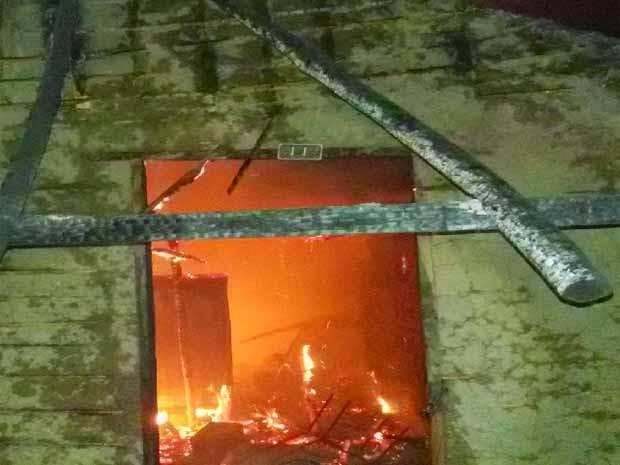 Casal morre carbonizado em incêndio na cidade de São Mateus (Foto: Reprodução)
