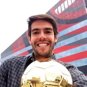 Kaká com bola de ouro (Foto: Reprodução )