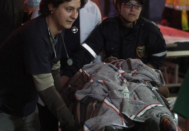 Equipes de paramédicos trazem sobreviventes do avião que transportava a Chapecoense na Colômbia (Foto: Luis Eduardo Noriega A./EFE)