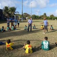 Material esportivo é doado para crianças de Fernando de Noronha