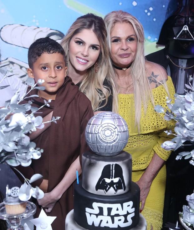 Bárbara Evans posa com o afilhado Lucas e a mãe, Monique Evans (Foto: Anderson Borde/AgNews)