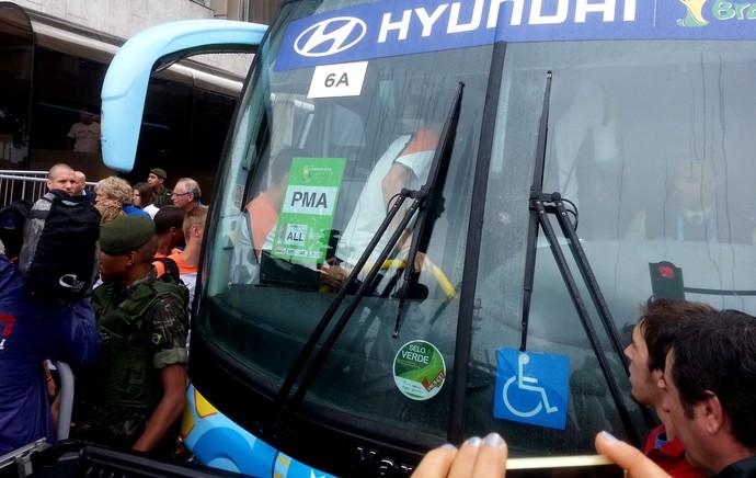 Jogadores da holanda deixam o hotel (Foto: Thales Soares)