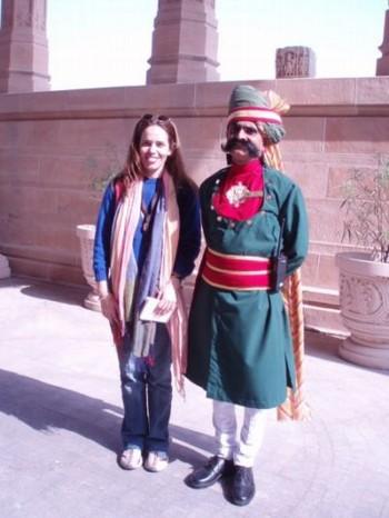 Foto (Foto: Indiano com roupa típica ao lado de Florência / Divulgação)