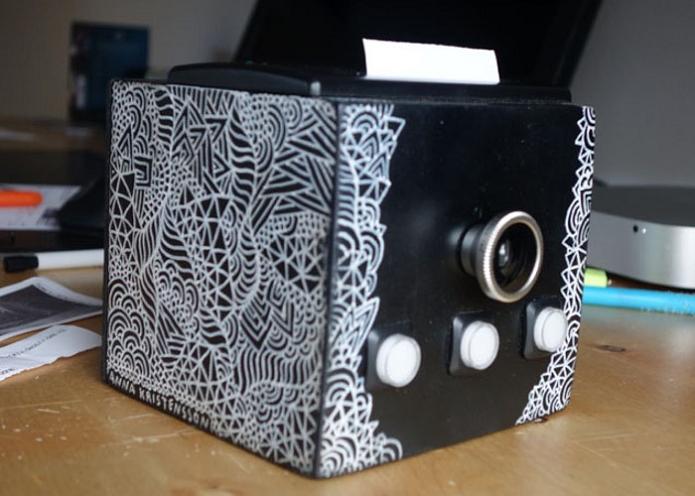 Câmera compacta imprime fotos de forma instantânea e ainda registra vídeos (Fot: Divulgação/Arvid Larsson)