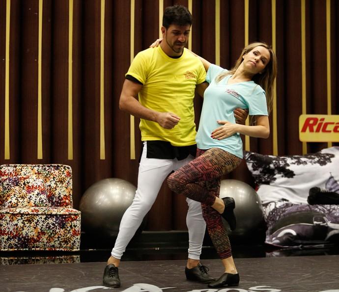 Leona ajustou os últimos detalhes da coreografia (Foto: Raphael Dias/Gshow)