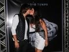 Natália Guimarães troca beijos com o marido em gravação de DVD do KLB
