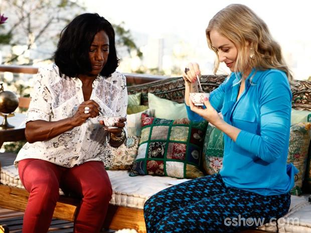 Angélica experimenta chá preparado por Glória (Foto: TV Globo/Inácio Moraes)