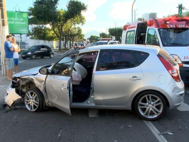 Hyundai I 30 prata envolvido em colisão na Avenida Leitão da Silva (Foto: Reprodução/ TV Gazeta)