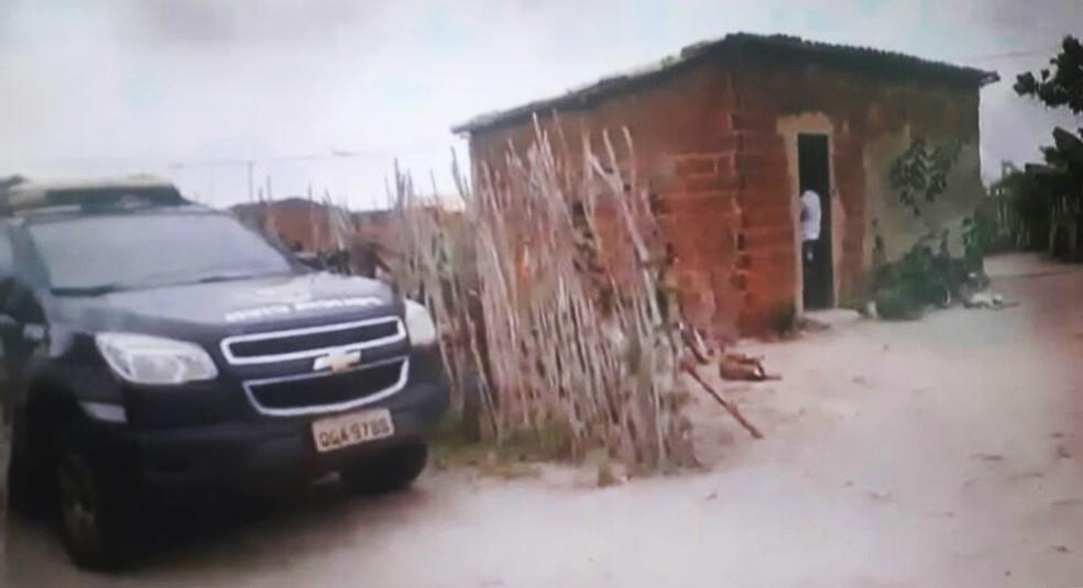 Imagem mostra uma das duas casas cercadas pelos criminosos (Foto: Reprodução/Inter TV Cabugi)