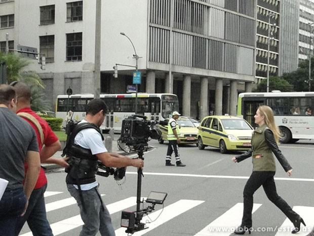 Angélica atravessa a Avenida Presidente Vargas, no Centro do Rio (Foto: TV Globo/ Estrelas)