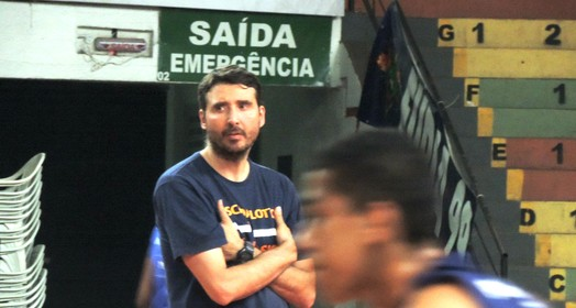 com a base (Sérgio Pais)
