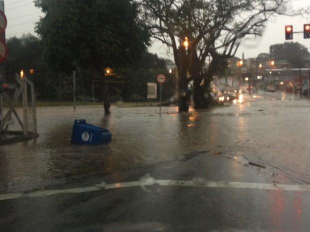 Avenida Washington Luiz ficou alagada por causa do temporal (Foto: Divulgação/Mayco Geretti)