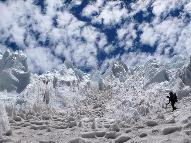 Os penitentes são uma formação de gelo ou neve em pontas, que podem chegar a 4 metros de altura, bastante comuns nos Andes. São formados pelo Sol aquecendo partículas de poeira na superfície do gelo. O efeito é então ampliado pela ação do vento. Nessa fot (Foto: Maximo Kausch/BBC)