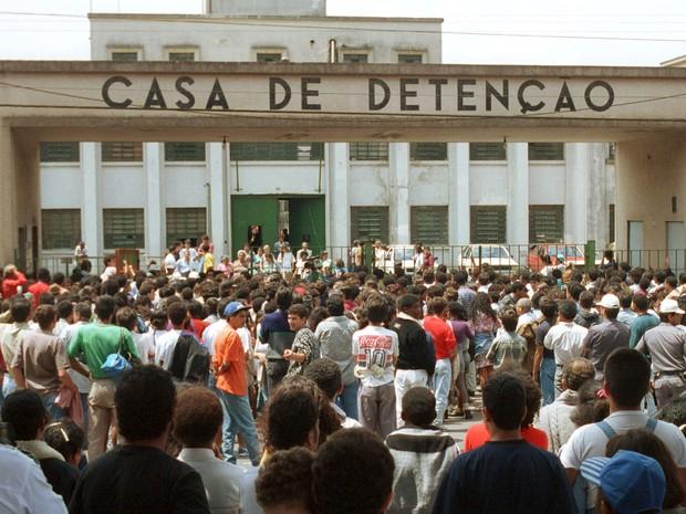 Foto de arquivo de 2 de outubro de 1992 mostra multidão de parentes e curiosos na entrada da Casa de Detenção de São Paulo (Carandiru) a espera pelo final do confronto entre detentos e policiais (Foto: Heitor Hui/Estadão Conteúdo/Arquivo)