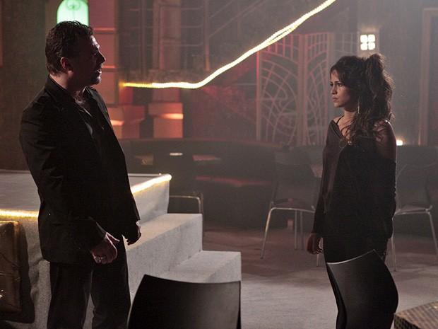 Morena se entrega para Russo achando que pode salvar o filho (Foto: Salve Jorge/TV Globo)