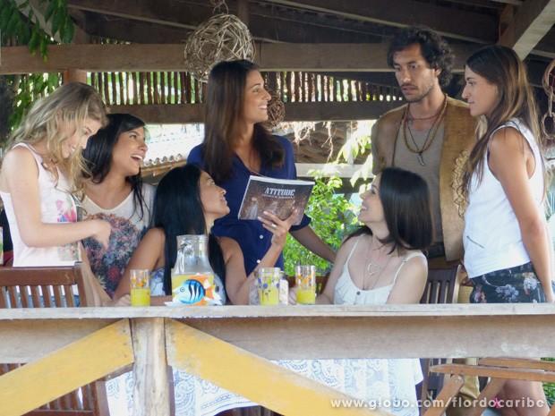 As meninas estão bem animadinhas com as fotos do rendeiro, mas Carol fica sem graça quando ele chega (Foto: Flor do Caribe / TV Globo)