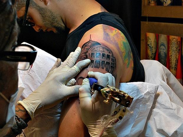 Tatuador recria imagem do Teatro Amazonas (Foto: Camila Henriques/G1 AM)
