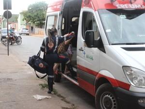 Mulher foi levada para o hospital (Foto: Valdivan Veloso/G1)