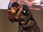 Taís Araújo e Lázaro Ramos dão beijão em premiação
