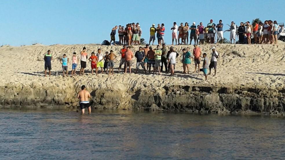 Acidente ocorreu às margens de rio, próximo ao encontro com o mar na Praia Águas Belas, no litoral do Ceará (Foto: Alessandro Torres/TV Verdes Mares)