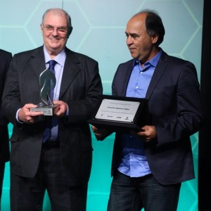 Marcelo Matte entrega o Troféu Globo Minas a Gilvan de Pinho Tavares, presidente do Cruzeiro, e técnico  Marcelo Oliveira (Foto: Bruno Soares)