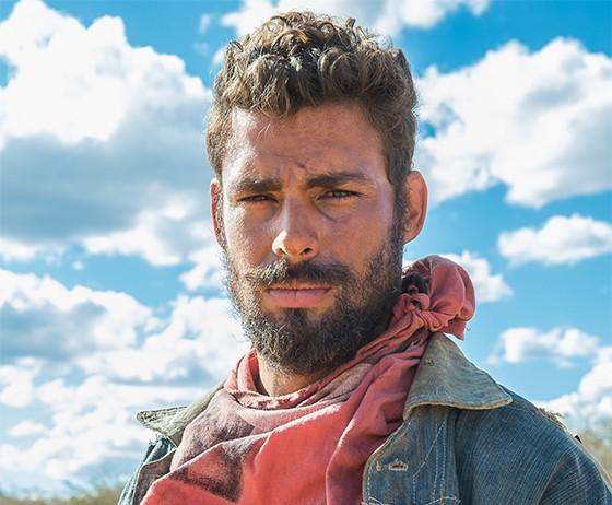 Cauã Reymond como o bandoleiro Ara, no filme Reza a lenda. Ele protagoniza cenas de ação dignas de uma produção estrangeira (Foto: Divulgação)