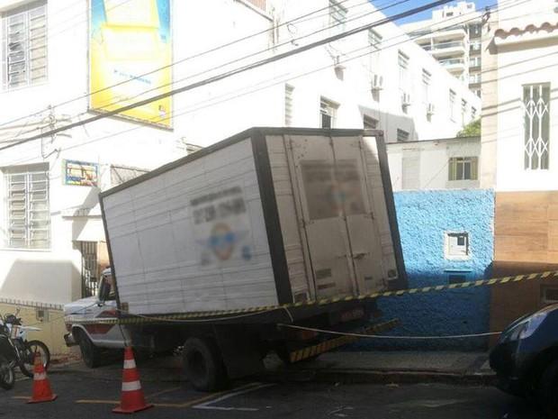 Caminhão atropela e mata pedestre em calçada no Centro de Juiz de Fora (Foto: Vagner Tolendato/G1)