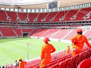 Funcionários da obra do Estádio Nacional de Brasília observam arena ainda em construção, nesta terça-feira (14) (Foto: Fabrício Marques/Globo Esporte)